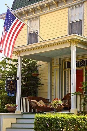 Yankee Peddler Inn Newport (Rhode Island) Nestled among the historic streets of central Newport, Rhode Island, this charming inn is only steps from the scenic waterfront and provides friendly service and comfortable accommodation.
