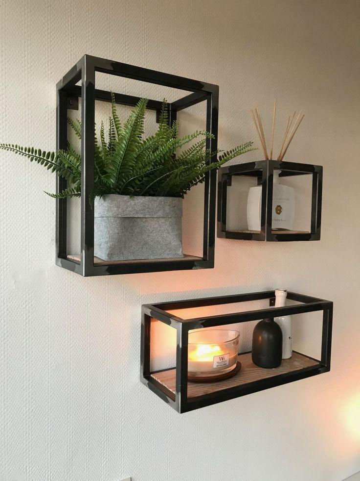 Metalen wandkastjes met houten plank