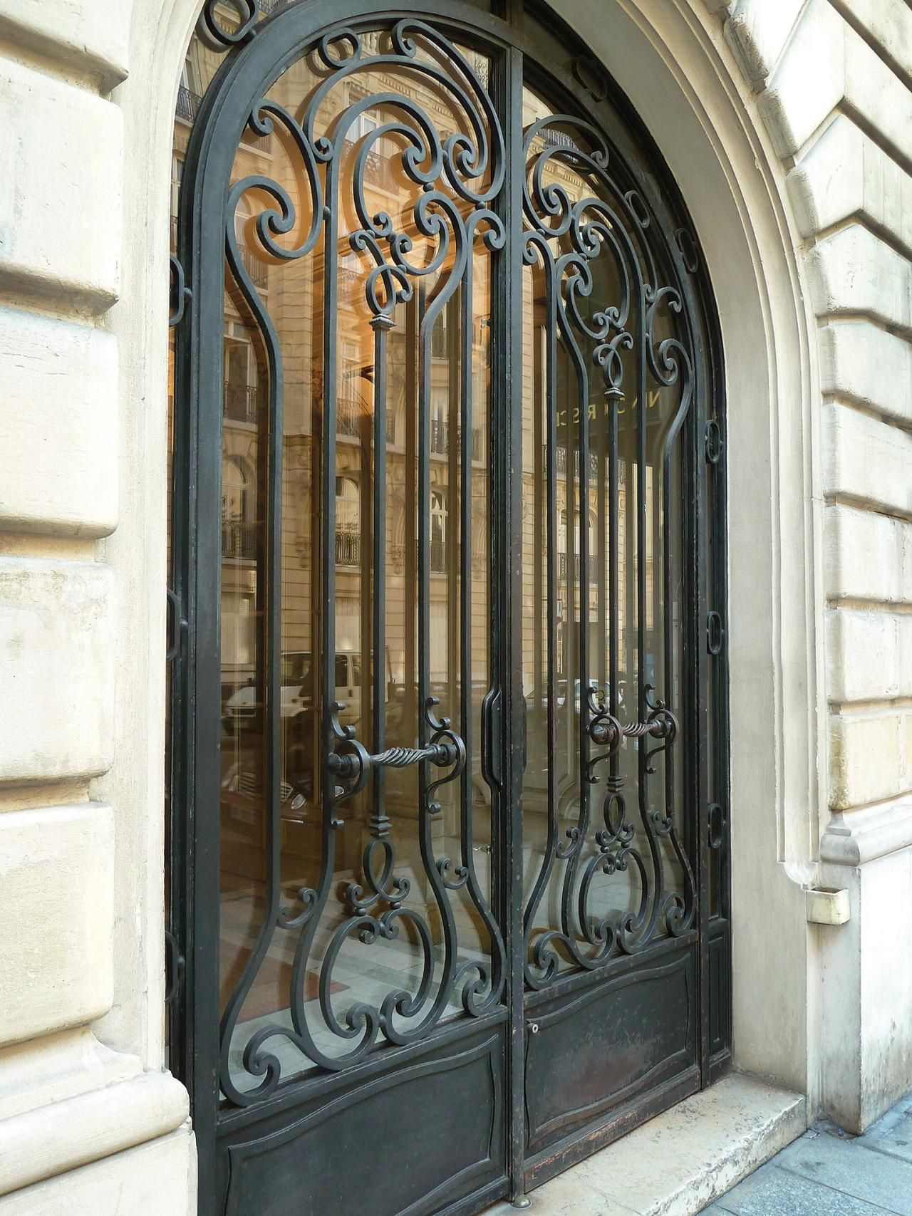 CI Allure Of French And Italian Decor_Hand Forged Iron Gate Pg210_3x4.rend.hgtvcom.1280.1707.jpeg  (1280×1707)