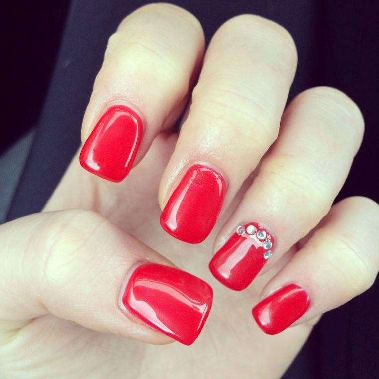 unghie rosse decorate, una manicure a tinta unita con top coat brillante e  glitter sull