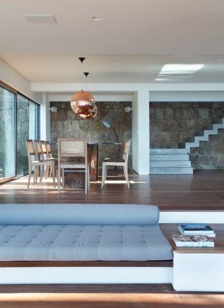 Casa na praia da Joatinga, RJ, tem espaços minimalistas e paisagem ...