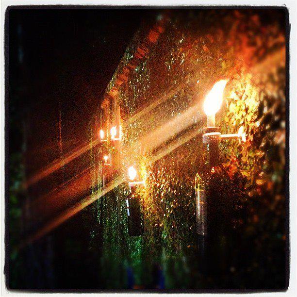 Seguindo um tutorial do Pinterest criamos esta luminária que fica nos fundos do jardim de uma casa.