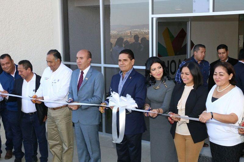 El gobernador de Michoacán inauguró las instalaciones de la Universidad Virtual de Michoacán, dónde se invirtió un monto superior a los 21 millones de pesos, en beneficio directo de más ...