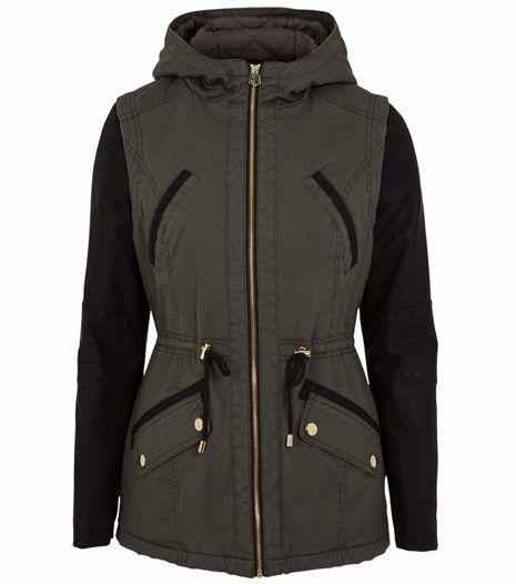 Trendi khaki/fekete kabát, ami ideális mindennapi viselet.
