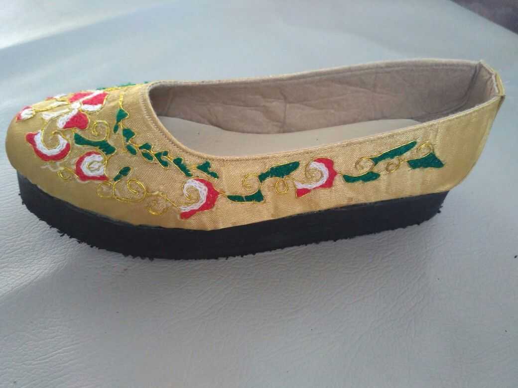 Sepatu Sulam Emas Peniti Hasil Kerajinan Tangan Pariaman Sumbar