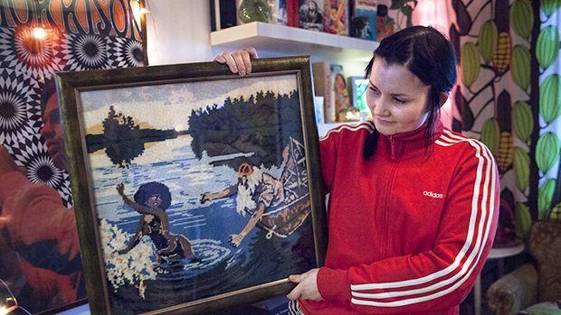 Marja Ruusunen kotonaan Aino-työn kanssa. Kuva: Linda Lappalainen.