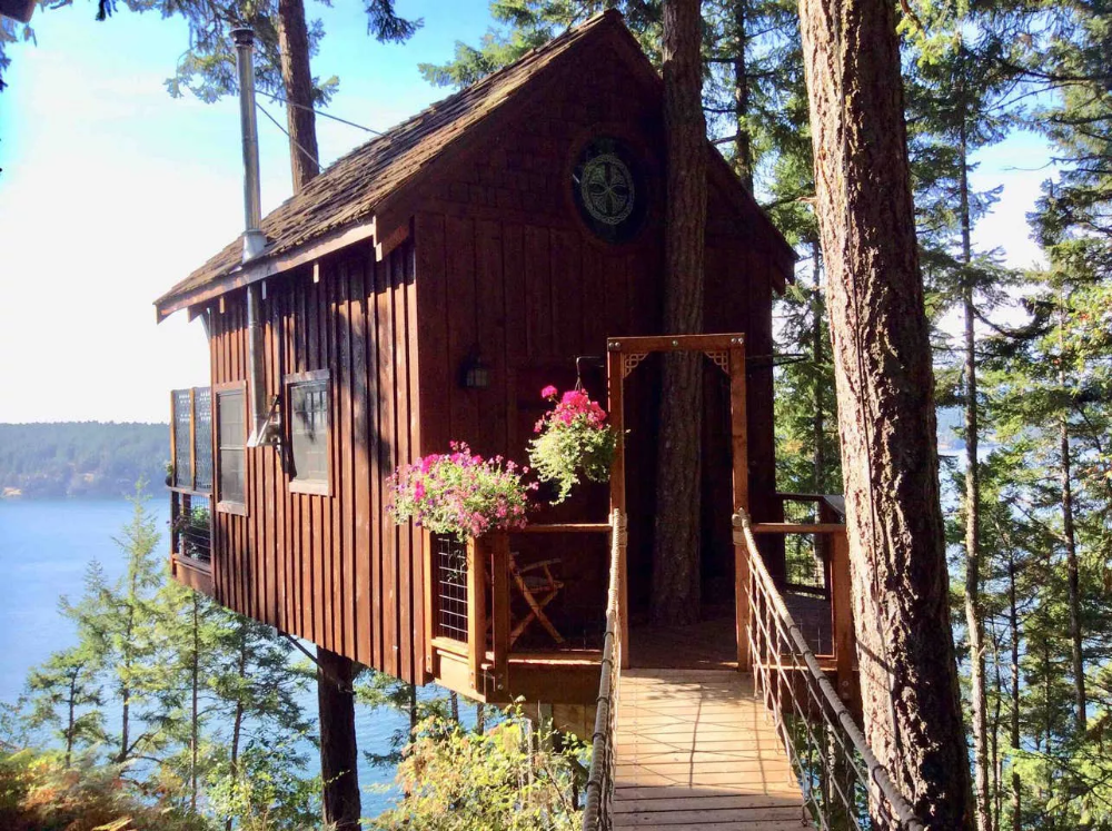 10 Washington State Treehouse Rentals Perfect For A Weekend Getaway Lopez Island Treehouse Vacations Island Vacation