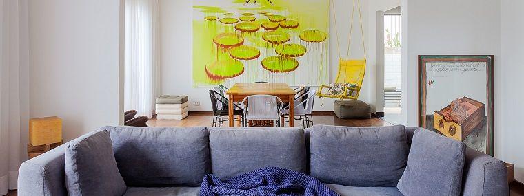 Esempi arredamento soggiorno, divano di colore grigio con cuscini ...