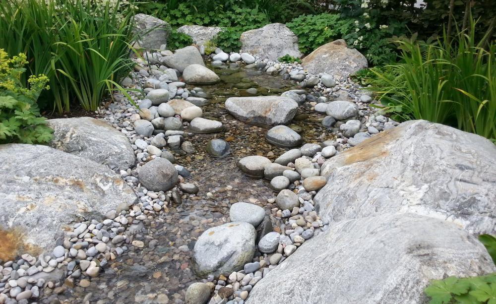 Ideen Fur Den Kiesgarten Bachlauf Im Garten Kiesgarten Wasser Im Garten