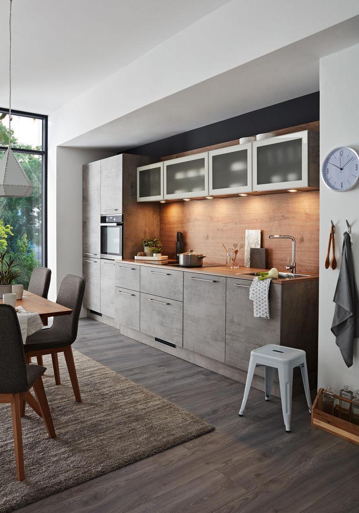 Schwarze Küche mit Arbeitsplatte aus Holz