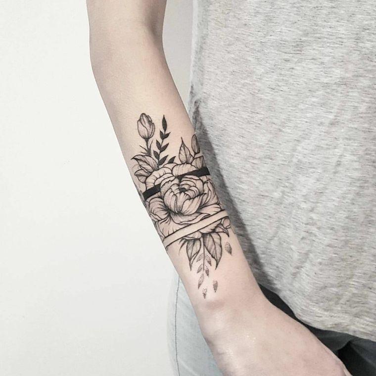 Tatuaggio bracciale sul polso di una con un disegno tattoo motivi floreali  e strisce   Tatuaggi bracciale, Idee per tatuaggi, Tatuaggi