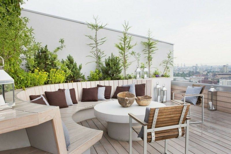 terrassen-ideen - runde sitzbank aus hellem holz mit rundem tisch, Esstisch ideennn