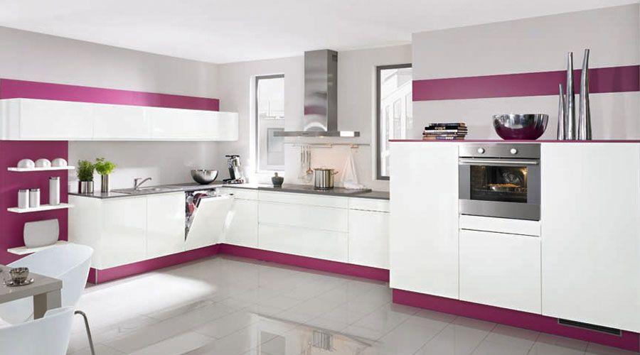 Hochglänzende, grifflose Fronten in Lack weiß, Paneele und Sockel in - Küchen Weiß Hochglanz