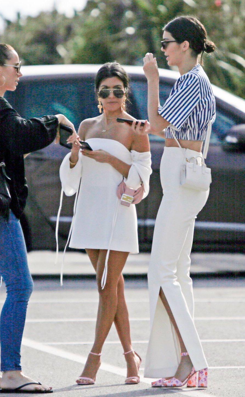 Pin By Y I N G Saran Nn On S T Y L E F A S H I O N Model Kourtney Kardashian Kardashian Family