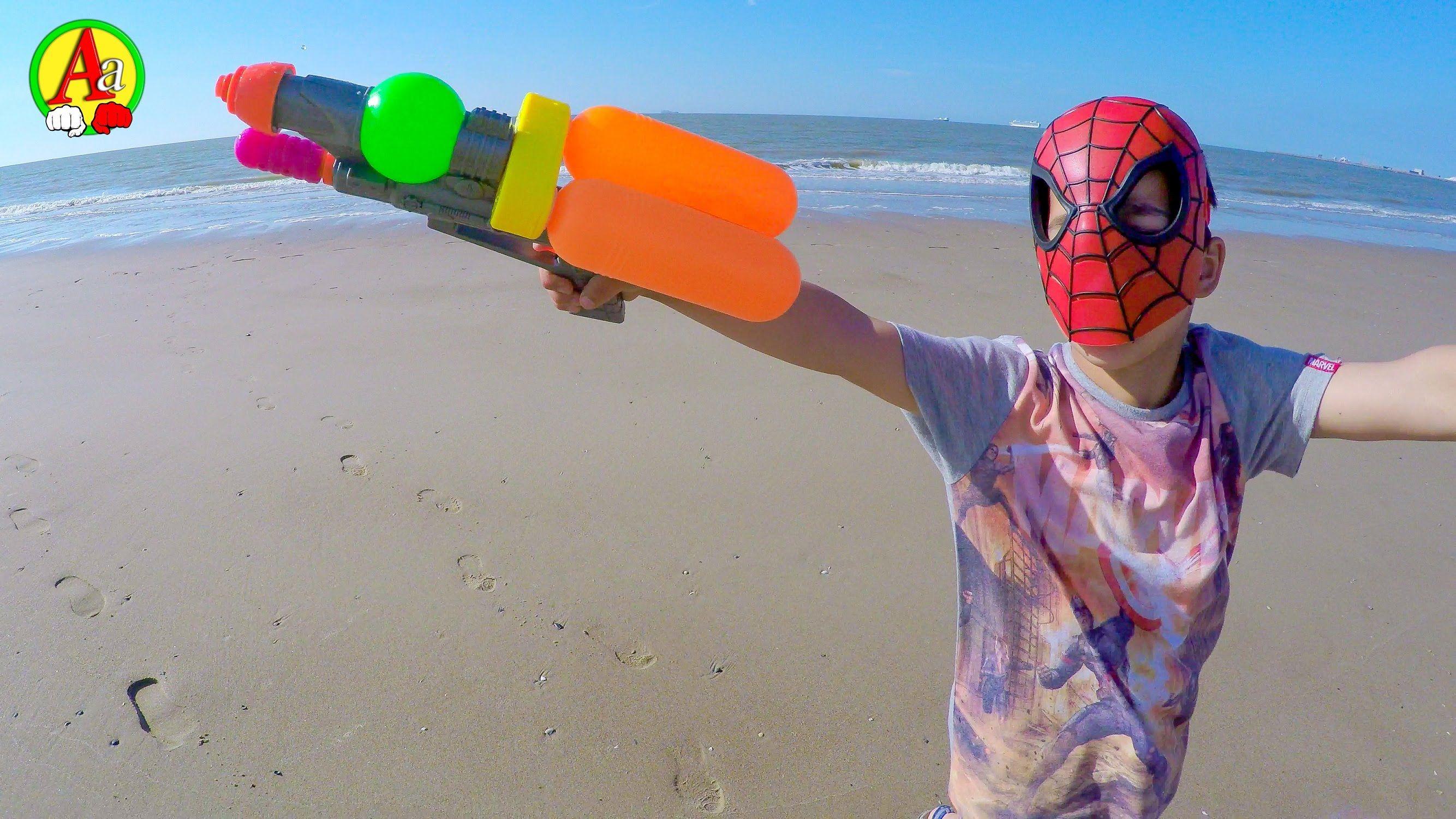 Маленький Человек Паук Играет На Пляже Видео для Детей ...