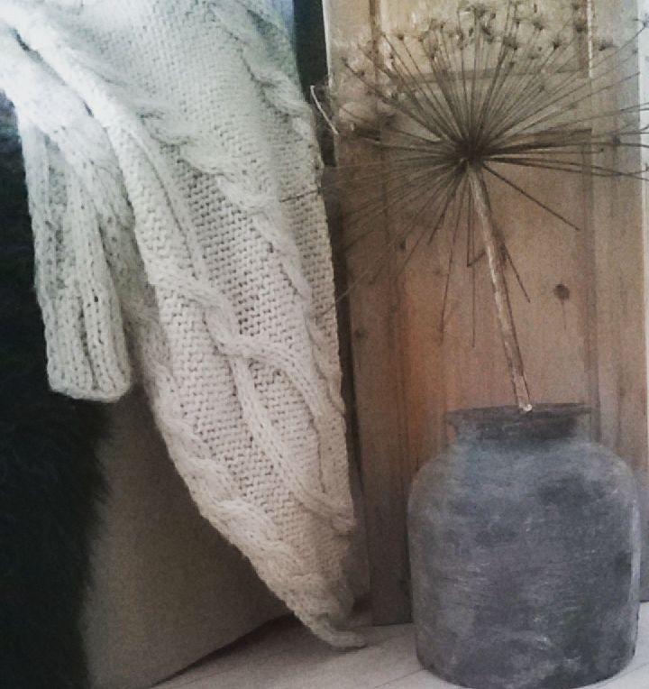 Pot gepimpt Deze pot was glimmend en in een vieze bruine kleur. Maar ik vond het model wel erg mooi. Zoals zo velen al doen heb ik de vaas met muurvuller behandeld en geverfd... tadaaaa en nu  vind ik hem wel mooi  #berenklauw #pot #vaas #woonkleed #plaid #sfeer #sfeervol #decoreren #decoratie #decoration #landelijk #landelijkdecoreren #hout #wonen #stoer #sober #robuust #instahome by _woonspulletjes_