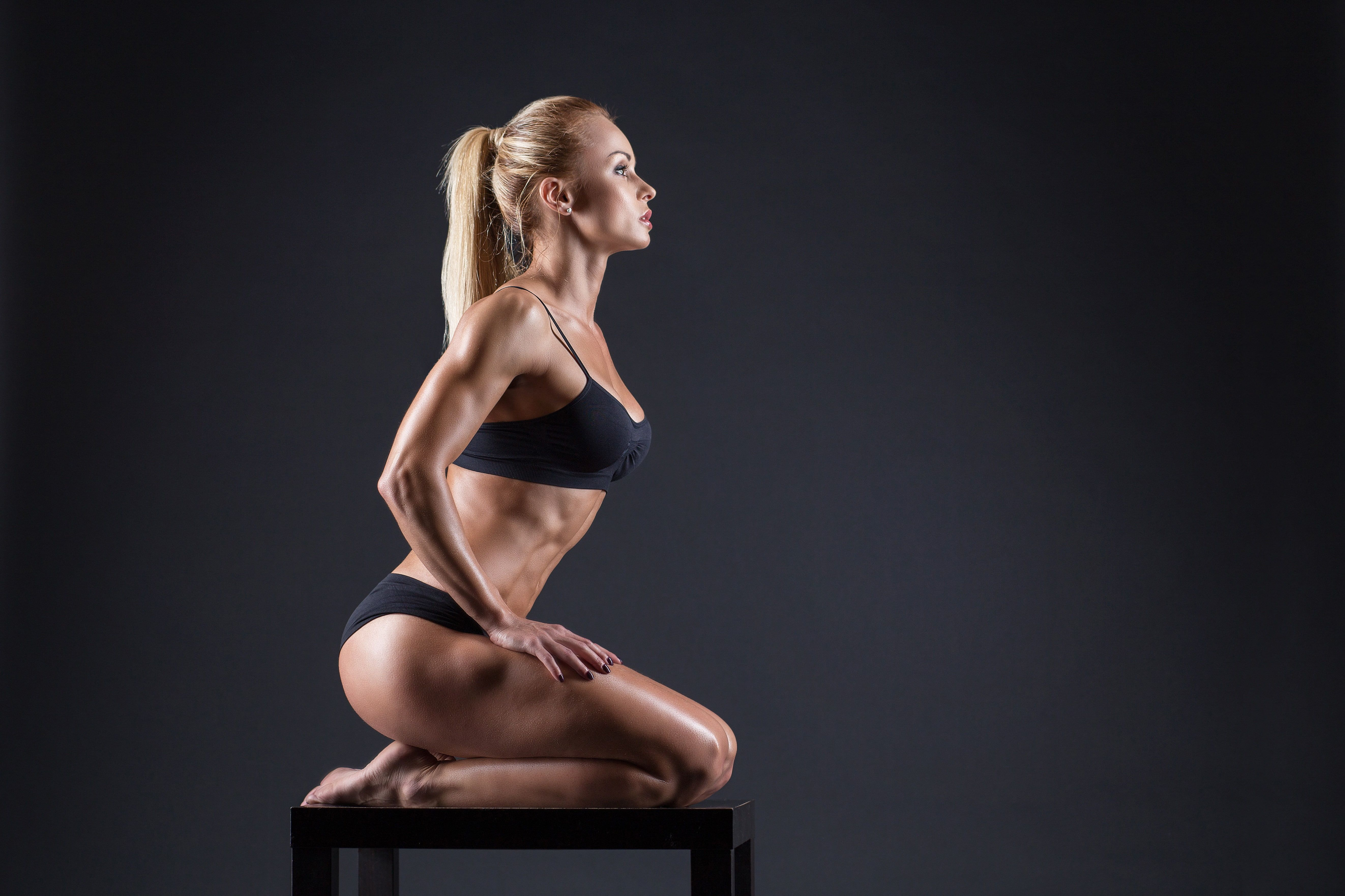 #model #pose #female #fitness #dumbbell toned body #sculpted #5K #wallpaper #hdwallpaper #desktop