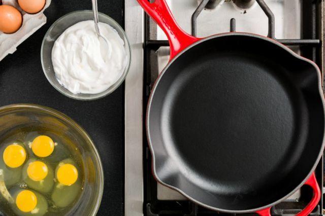 Perfect scrambled eggs- add sour cream!
