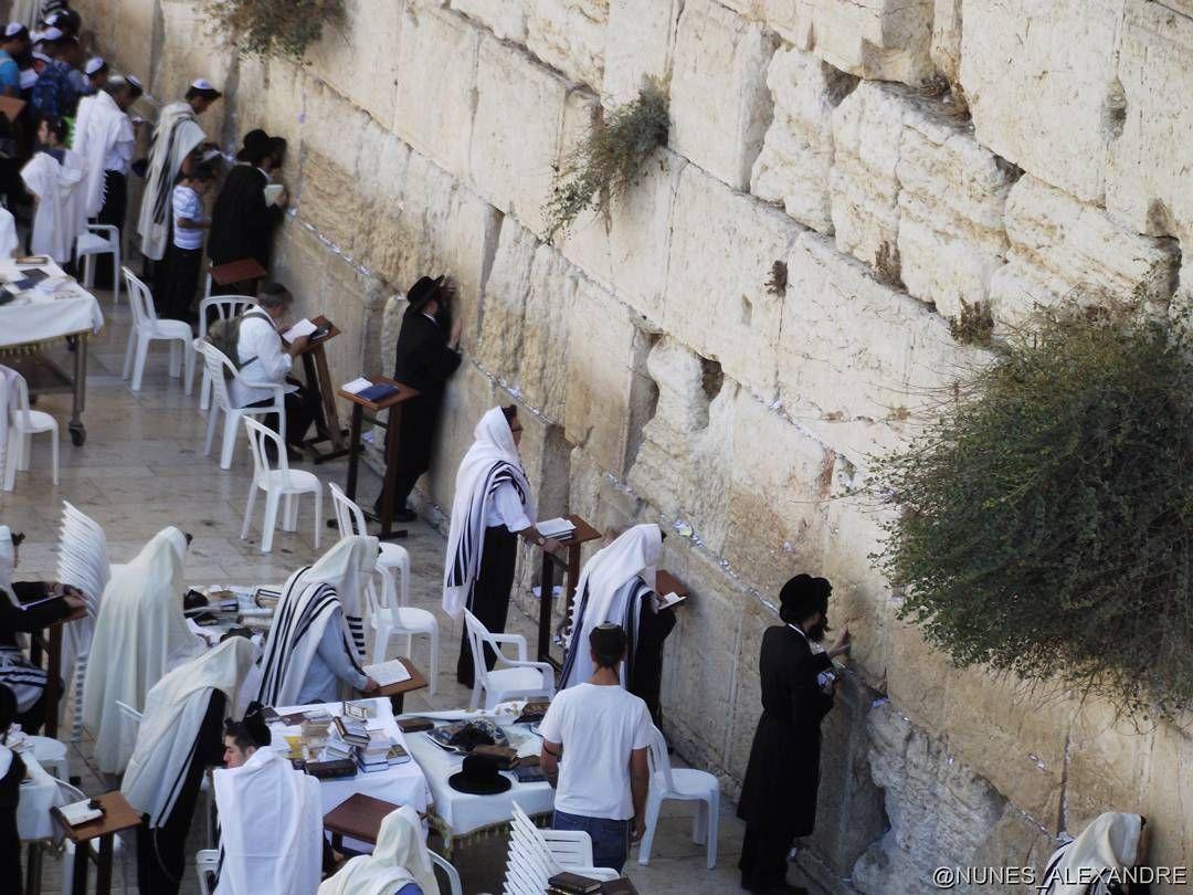 Muro das Lamentações Jerusalém - Israel. Por ser o único vestígio do templo de Herodes é um local sagrado para os Judeus #porondeviajo  #israeli #israel #jerusalem #jerusalen #terrasanta by porondeviajo