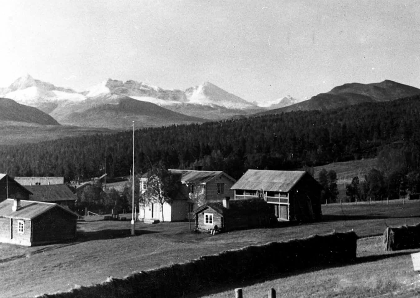 Hedmark fylke Folldal kommune Nordstu Streitlien Folldal bygdetun utsikt mot Rondane 1960-tallet