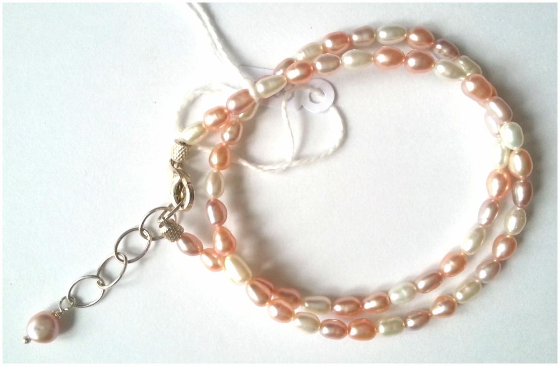 Dubbele armband in roze pastel rijst zoetwaterpareltjes met karabijnslotje en verlengkettinkje. Lengte = 17-21 cm