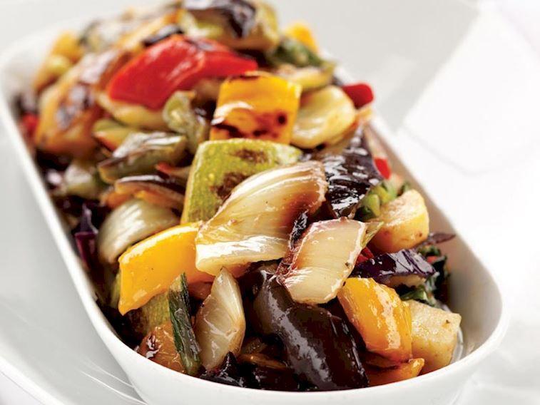 سلطة الخضار المشوي من المطبخ التركي Vegetable Salad Recipes Roasted Vegetable Salad Salad Recipes
