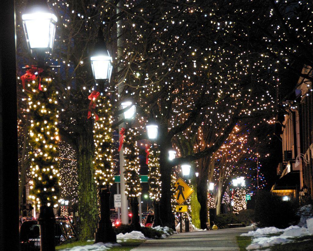 Christmas Street Lamps Lights Sidewalk Main Street Small Town Usa Christmas In England Christmas World Christmas In America