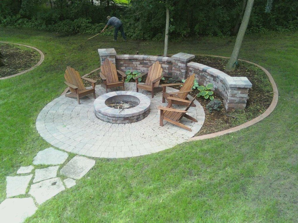 Charmant Fire Pit Patio W/adirondack Chairs And Seating Area And Coffee Table