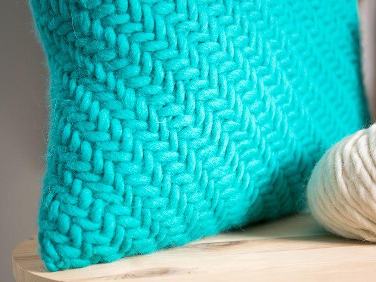 diy anleitung kissen mit fischgratmuster stricken via h keln. Black Bedroom Furniture Sets. Home Design Ideas