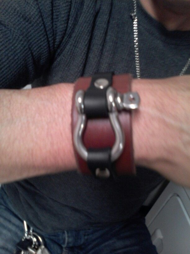 Shackel leather bracelet