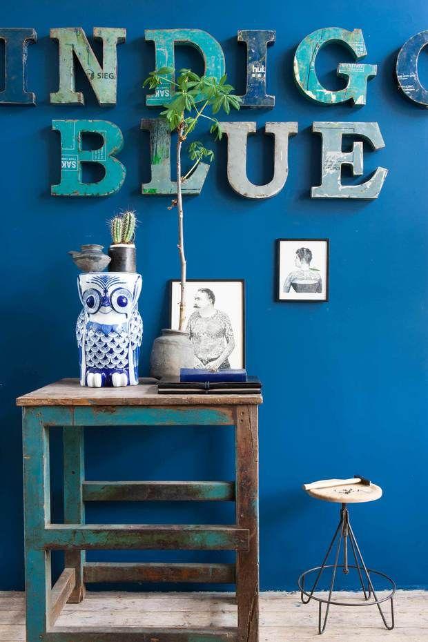 Pared pintada en azul índigo | muebles para sala | Pinterest ...