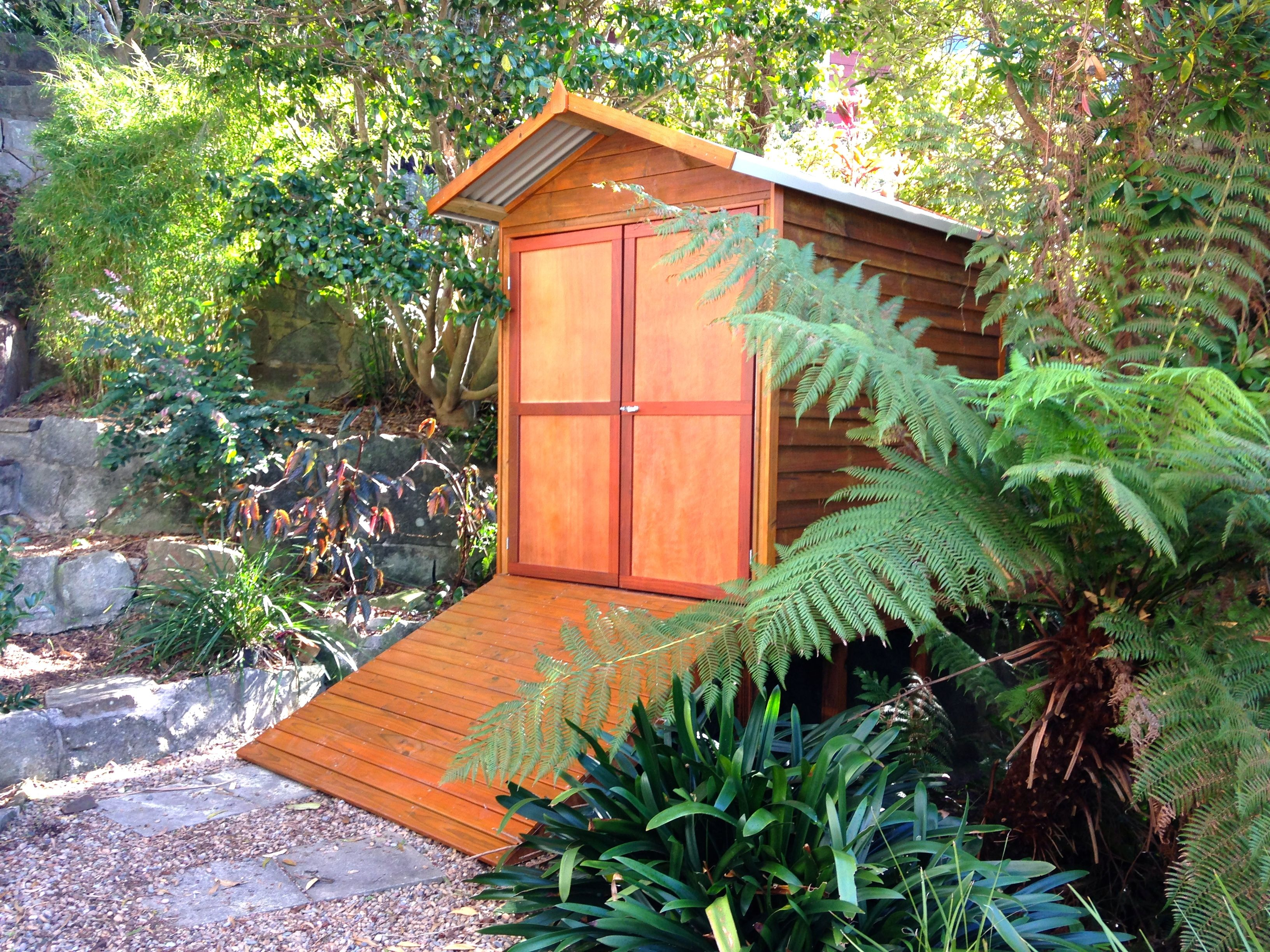 This little 1.7m wide shed is nicely tucked away in the big foliage ...