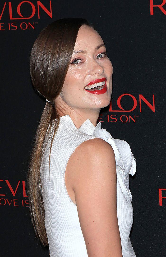 Näyttelijä Olivia Wilden ponnarikampauksen juju on hiusten silkkisen kiiltävä viimeistely. Ponnari sointuu hauskasti asun sävyyn.