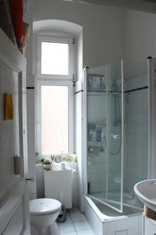 badezimmer altbau, helles badezimmer mit hohem fenster und gläserner sockeldusche, Badezimmer