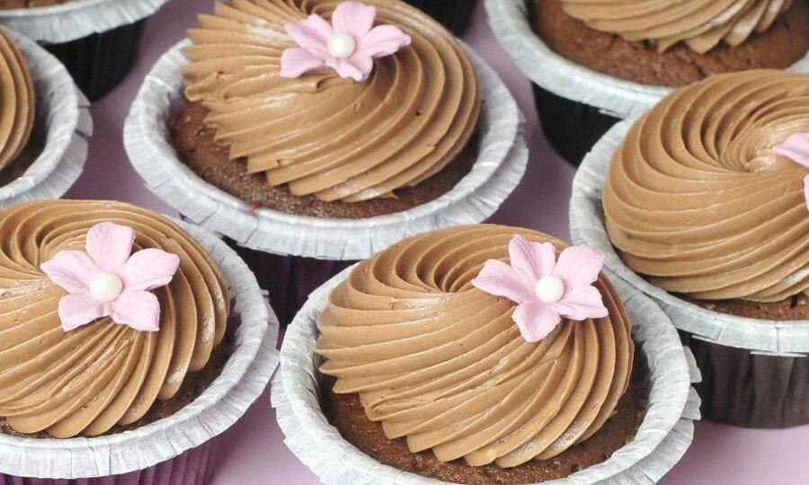 """Sjokoladekrem - laget ved hjelp av """"melpudding"""". Melpuddingens funksjon er visstnok å gjøre kremen silkemyk, da denne typen krem ofte kan være fettete og med melis/kakao-klumper."""