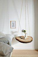 Baumscheibe an Seilen aufgehängt als Nachttisch #bohemianwohnen