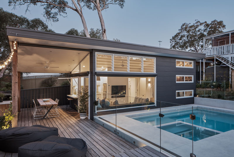 This Backyard Was Transformed Into A Small House With A Swimming Pool In 2020 Pool Houses Modern Pools Small House