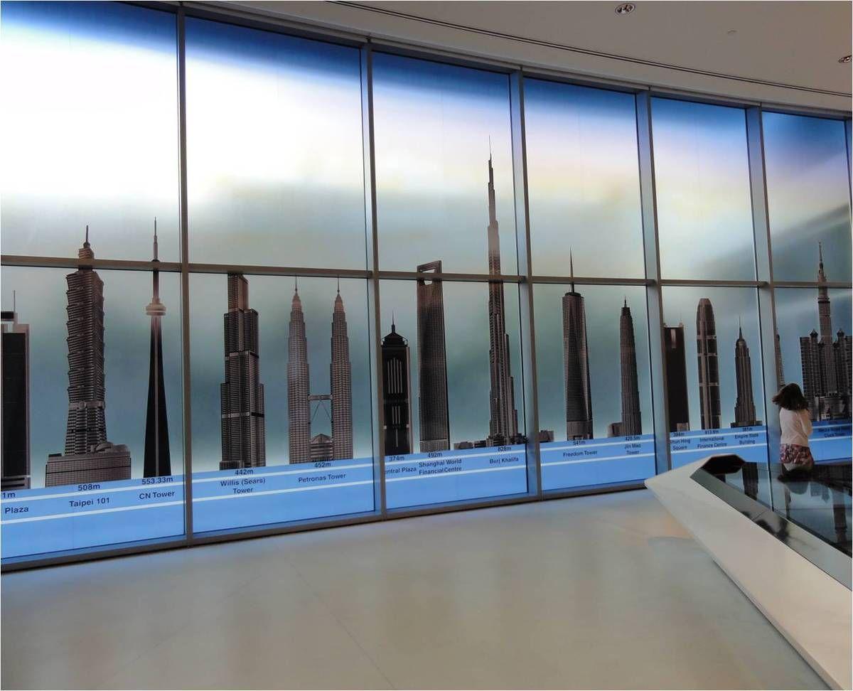 La salle des gratte-ciel dans Burj Khalifa, plus haute tour du monde