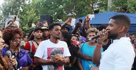 Usher visita el popular barrio de Regla