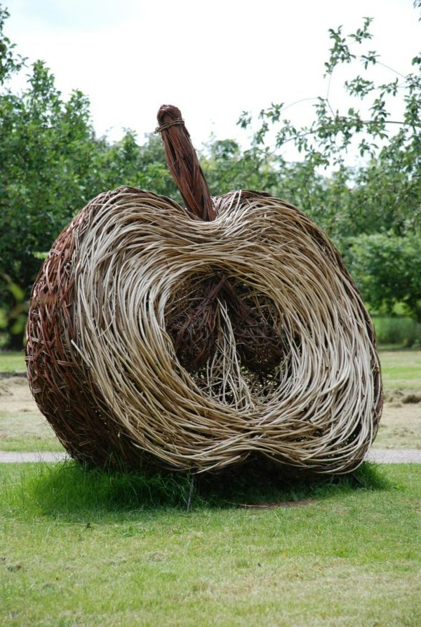 moderne-gartenskulpturen-Apfel