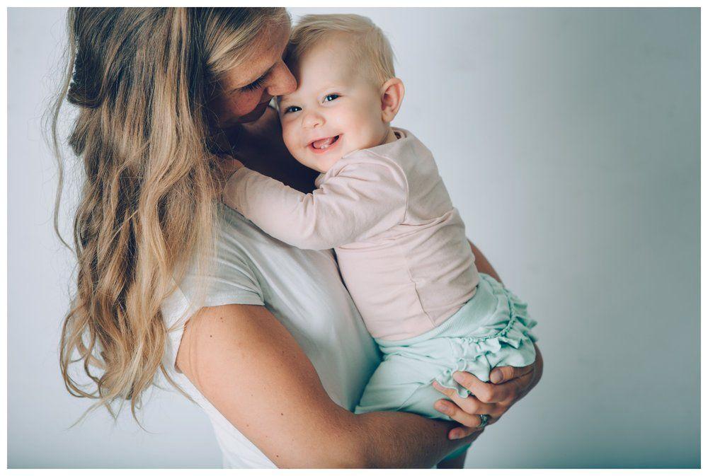 Lovina och mamma Annica kom och kramades med oss i studion!  http://familjefotografstockholm.se