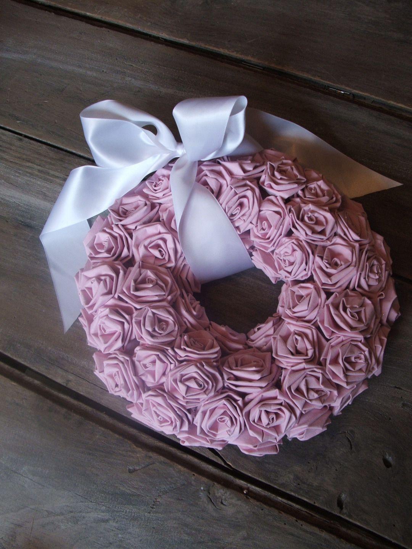 couronne de bienvenue shabby chic en roses de papier peint. Black Bedroom Furniture Sets. Home Design Ideas