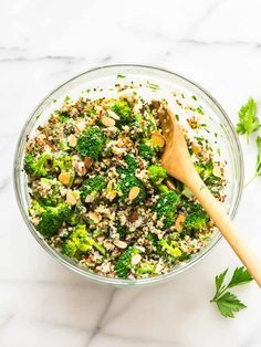 Make ahead Broccoli Quinoa Salad with Creamy Greek Yogurt Lemon Dressing. Recipe at wellplated.com | @wellplated