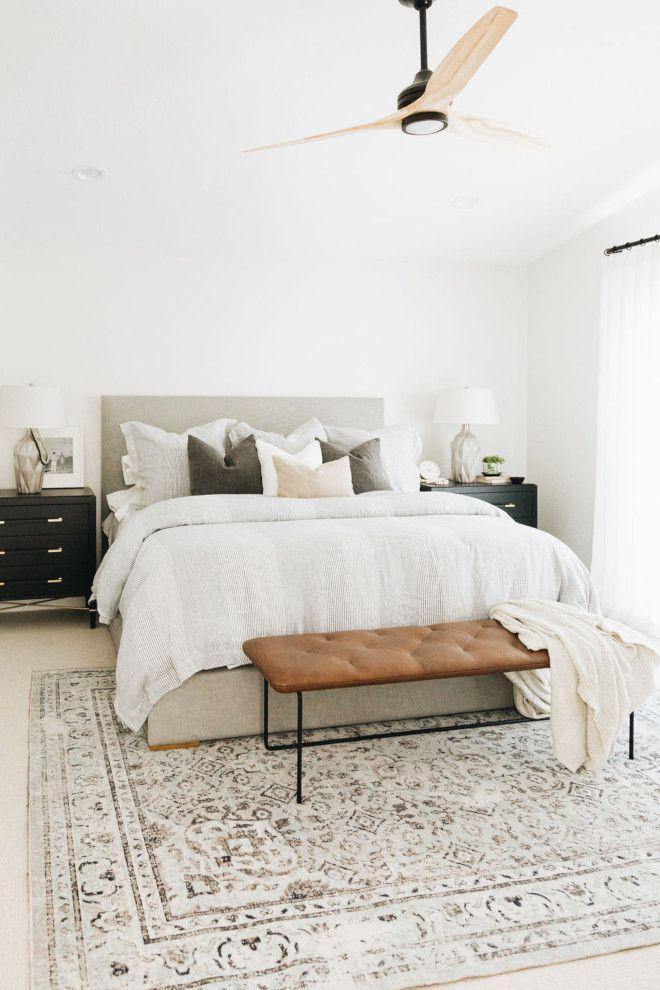 Photo of Camera da letto moderna, pareti bianche e decorazioni neutre rendono questo …