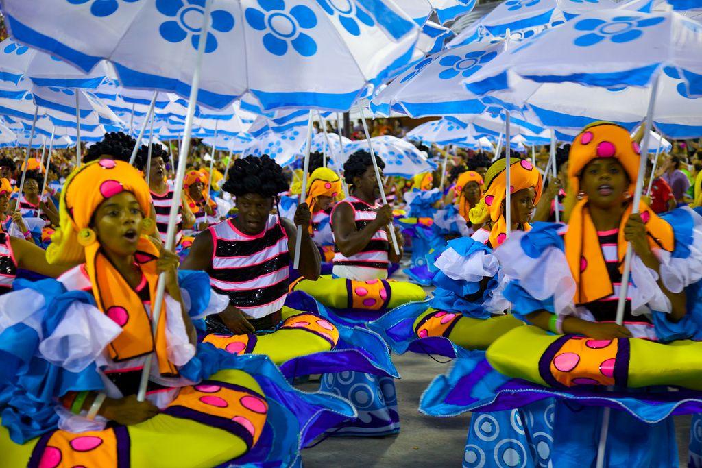 Detalles decorativos para una fiesta de carnaval al estilo Rio de Janeiro - http://decoracion2.com/detalles-decorativos-para-una-fiesta-de-carnaval-al-estilo-rio-de-janeiro/69833/?utm_source=smdeco2&utm_medium=socialclic&utm_campaign=69833 #Carnaval, #Colores, #Detalles, #Disfraces, #Fiesta_De_Carnaval, #Río_De_Janeiro