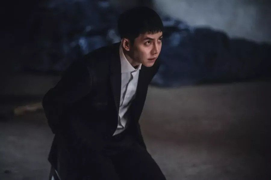 "Lee Seung Gi Turns Into Someone Completely Different As He Glares At Someone With Bloodthirsty Eyes In ""Mouse"""