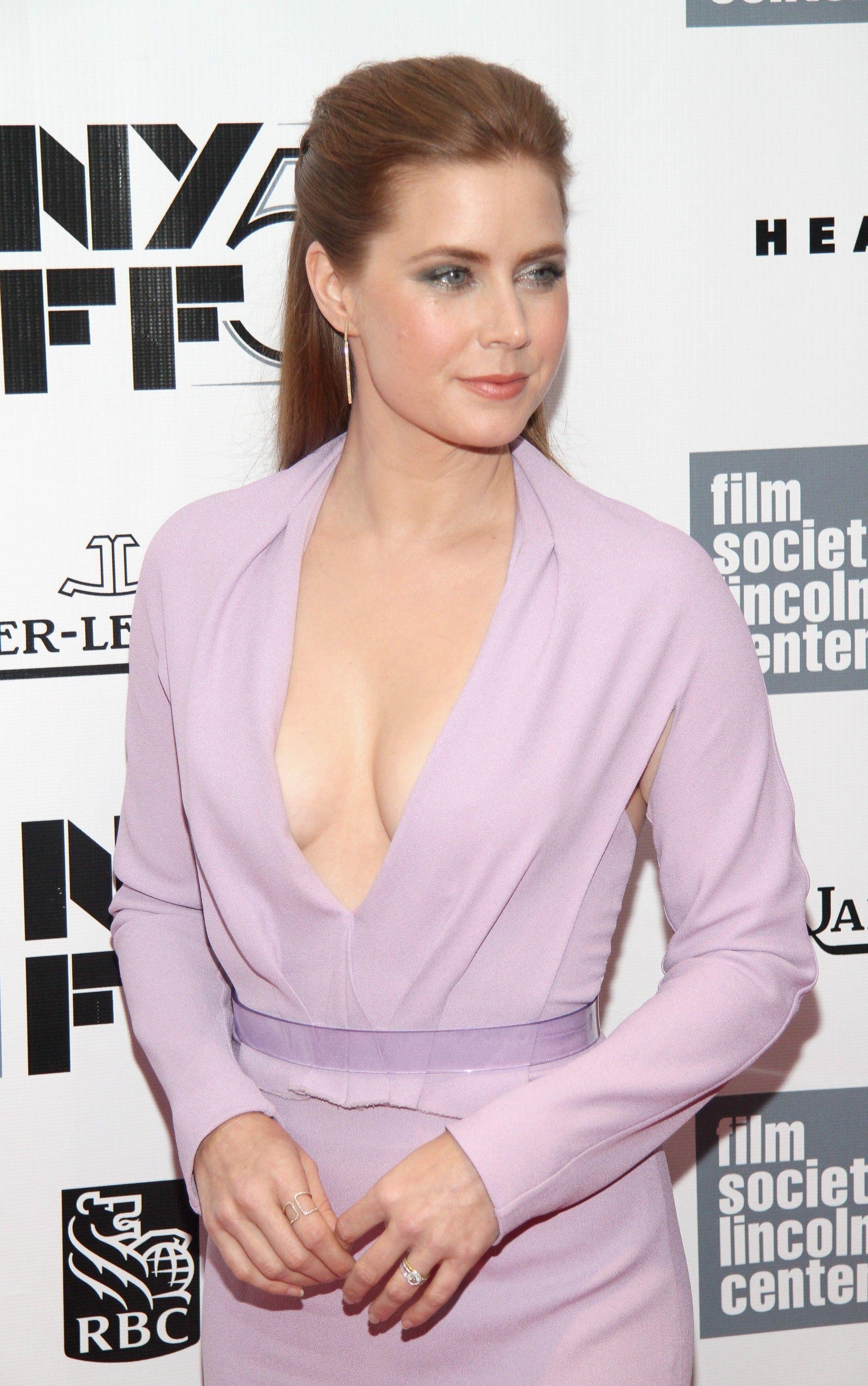 Eca! Vestido de Amy Adams deixa à mostra pelos embaixo do braço ...