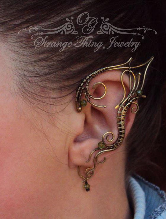 A pair of elf ear cuffs made of brass wire and cristal beads. The piece is covered by metal protecting laquer. No piercing needed, elf ear:
