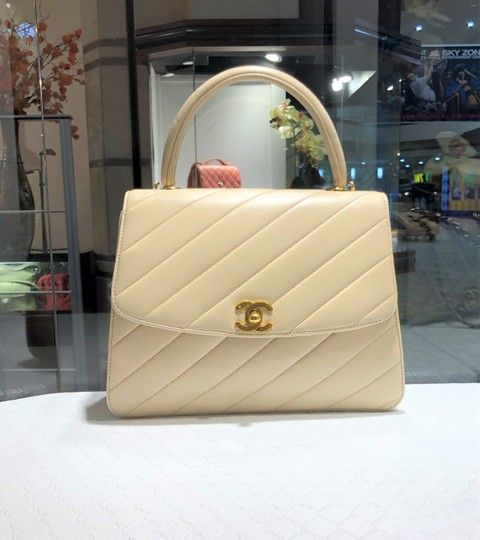 aa94791f1997 Chanel Vintage Lambskin Top Handle Chevron Nubuck Lined Gold Hardware Cream  Beige Leather Satchel - Tradesy