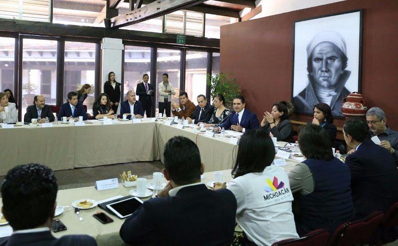 El gobernador de Michoacán se reunió con integrantes de su gabinete, a fin de revisar los avances de la estrategia que se implementa en los municipios de Apatzingán, Parácuaro, Buenavista, ...